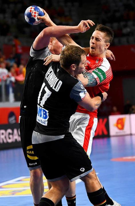 Aua! Die deutschen  Spieler Patrick Wi...Michael Damgaard Nielsen zu stoppen.      Foto: dpa