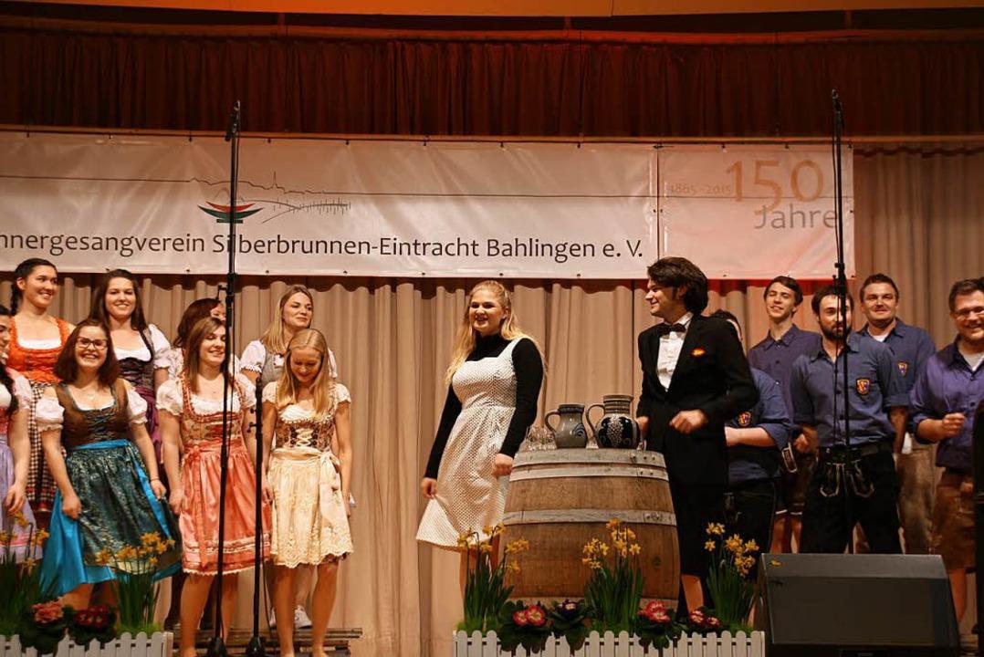 Mit Dirndl, Küferhemd und Weinkrug präsentierte sich die Landjugend.  | Foto: Christiane Franz