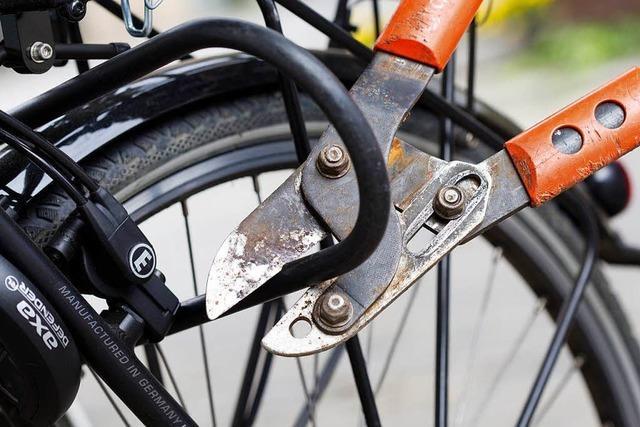 Dreister Dieb stiehlt ein Post-Fahrrad