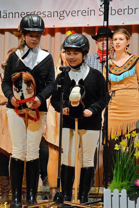 Cowboys und Indianer mischten sich mit...im Auftritt des Reit- und Fahrvereins.  | Foto: Christiane Franz