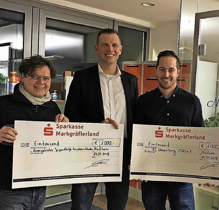 Spendenübergabe mit (von links) Hans-M..., und Raphael Saurer vom FC Neuenburg.  | Foto: Privat