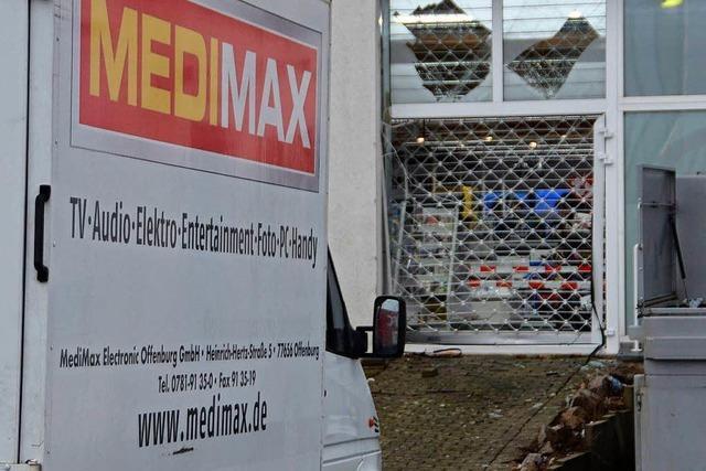 Einbrecher rasen mit Auto in Elektrofachmarkt in Offenburg