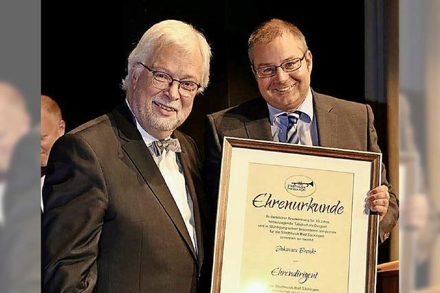 Johannes Brenke wird zum Ehrendirigenten ernannt