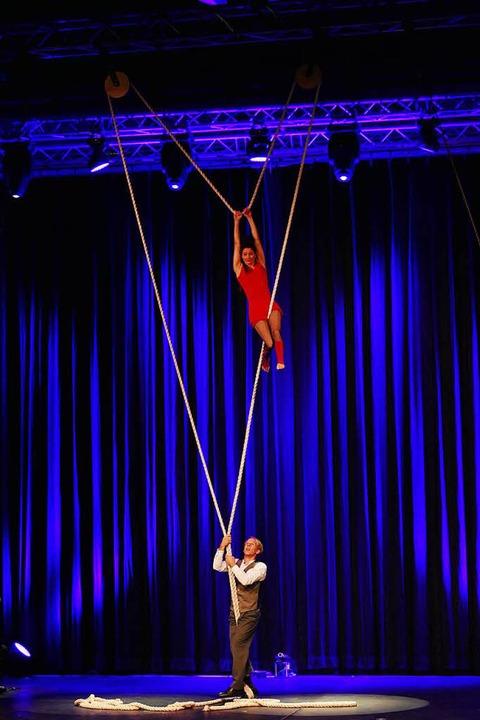Das Schweizer Akrobatik-Duo Esther und Jonas Slanzi. Sie nennen sich E1NZ  | Foto: Wolfgang Grabherr