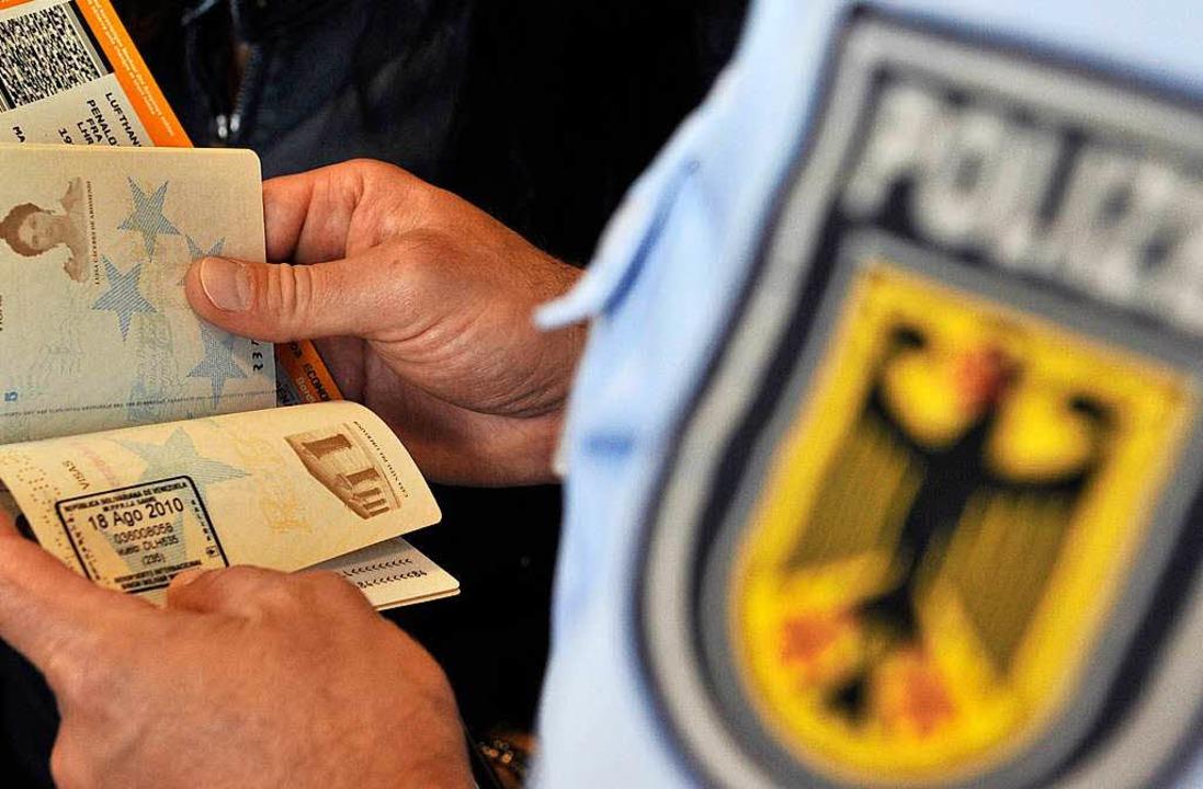 Eine Reisende wurde wegen Gewalttätigk...en wollten, biss sie einen Polizisten.  | Foto: dpa