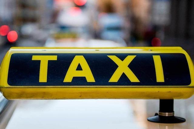 Betrunkener beleidigt Taxifahrer und Polizisten