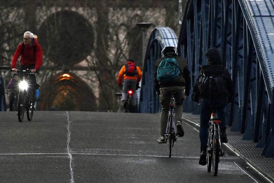 Wer vorschriftsgemäß auf dem Rad unter...e, braucht vorne und hinten ein Licht.  | Foto: Michael Bamberger