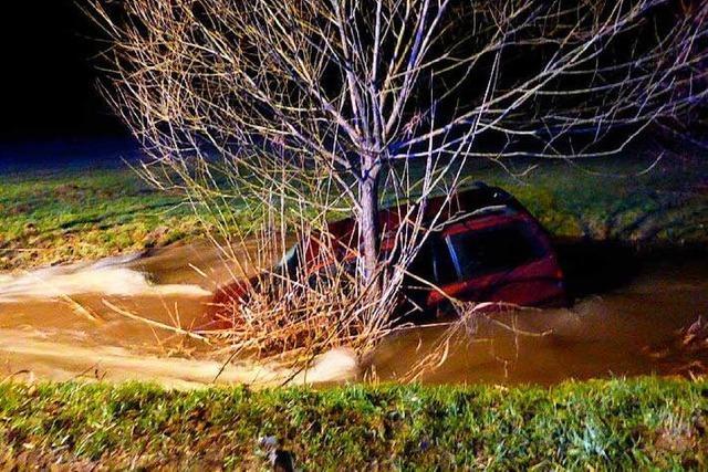 Elz hatte 2,33 Meter – Gefährliche Situation für Auto im Spitzenbach