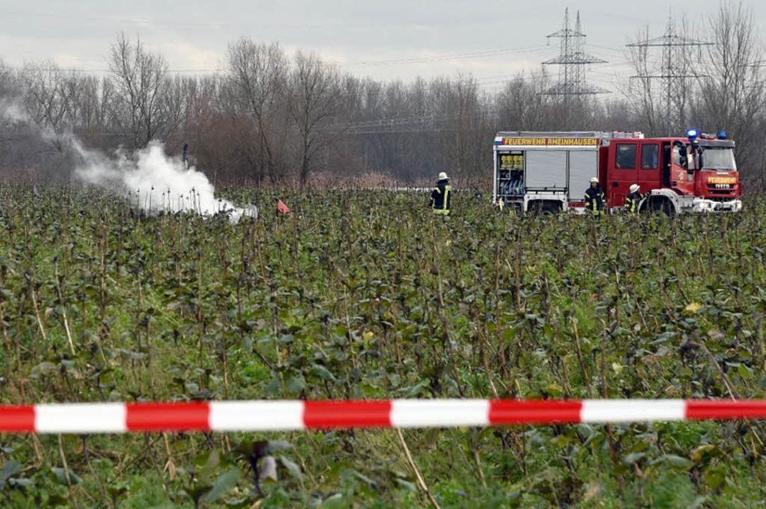 Feuerwehrleute sichern am Dienstag eine Unfallstelle bei Philippsburg.  | Foto: dpa