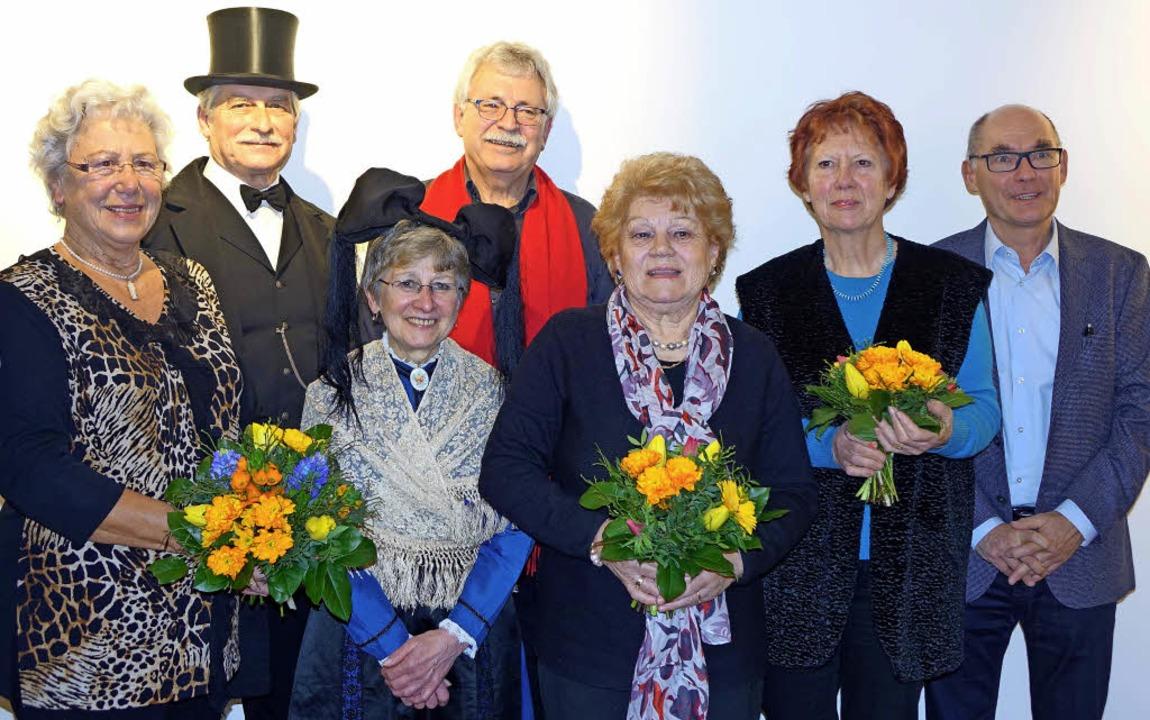 Uwe Kühl vom Heimatverein (rechts) dankte den Akteuren.   | Foto: Frey