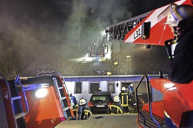 Bewohner rettet Frau aus brennendem Haus