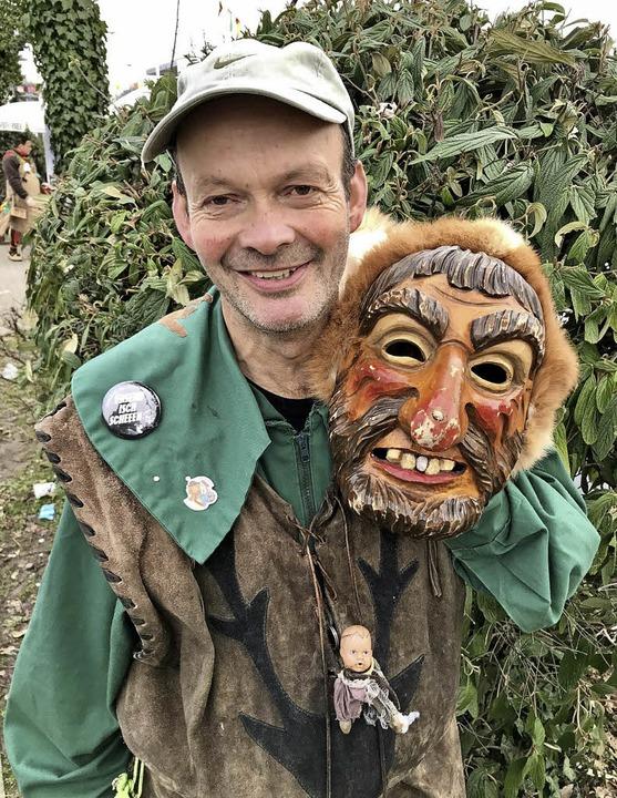 Schlossbühl-Jäger Pius Kollmer im Häs und mit  Maske   | Foto: Vera Doering