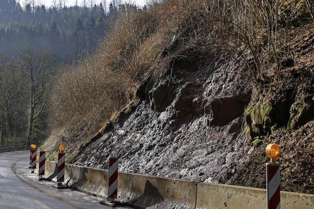 Straße nach Erdrutsch gesperrt