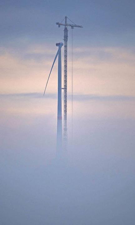 Ein Kran an der höchsten Windkraftanlage der Welt  | Foto: dpa