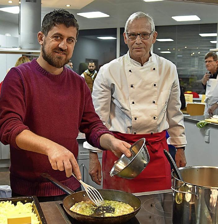 Zwei Länder, zwei Köche: Rosgar Haso und Peter Kornelius  | Foto: Martin Eckert