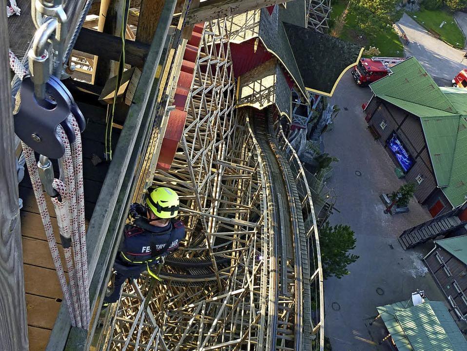 Für die Übung hoch oben in der Luft mu...220; im Europa-Park in Rust klettern.   | Foto: Feuerwehr Rheinhausen