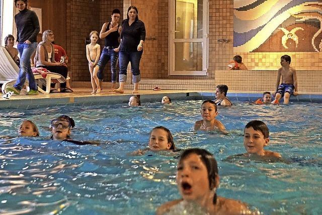 Junge Schwimmer umrunden den Titisee