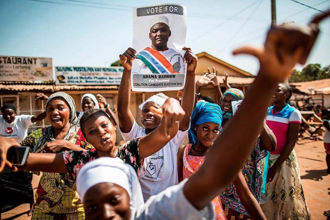 2016 jubelten die Menschen in Gambia ü...enen Jahres das westafrikanische Land.  | Foto: AFP