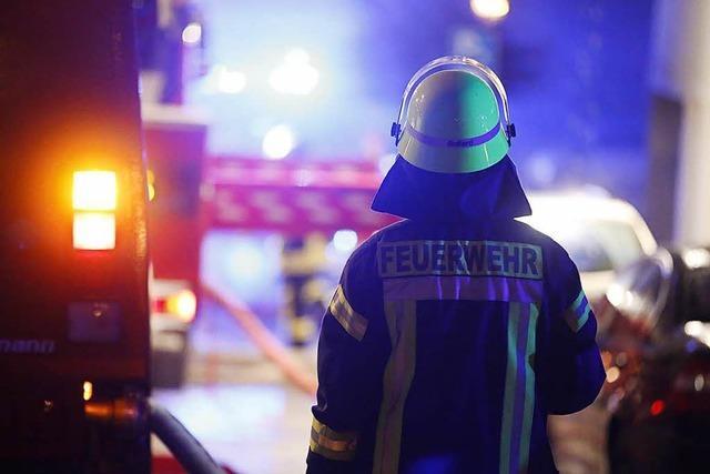 Obergeschoss von Mehrfamilienhaus in Flammen – ein Schwerverletzter