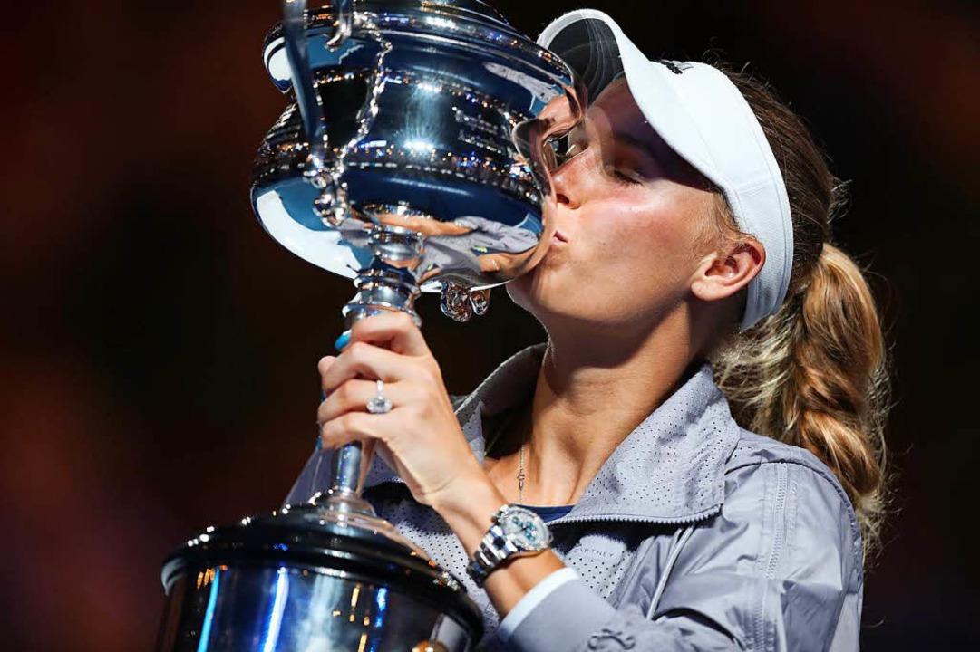 Caroline Wozniacki nahm den Daphne Akhurst Memorial Cup in Empfang  | Foto: dpa