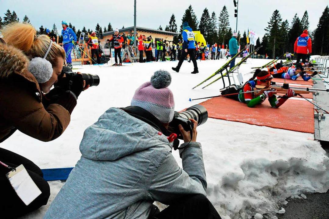 Diana Saurer (links) und Anja Hildenbr...eßstand ganz nah dran an den Athleten.  | Foto: Gerhard Lück