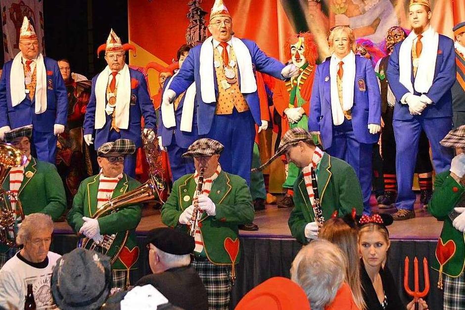 Die zahlreichen Akteure, Sänger, Schauspieler und Tänzer aus den Reihen der Maximale, der Latschari, der Grabbe und der Zunftmeister zauberten ein dreieinhalbstündiges kreatives Programm auf die Bühne. (Foto: Horatio Gollin)
