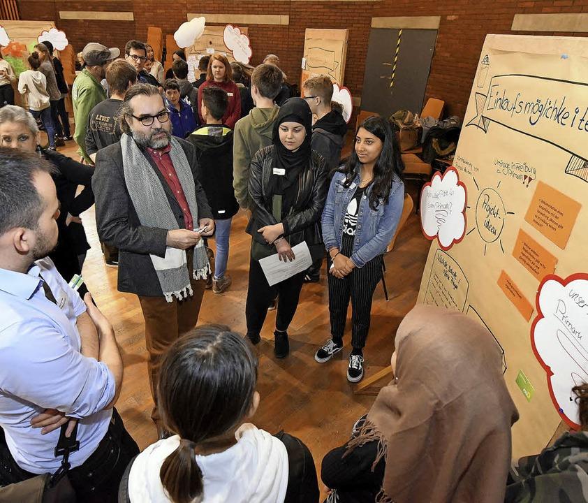 An  Infotafeln erläutern Jugendliche, ...chen. Stadtrat Timothy Simms hört zu.   | Foto: Thomas Kunz