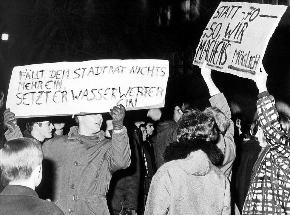 Demonstranten mit Transparenten protes...ng der Städtischen Straßenbahn-Tarife.  | Foto: A9999 DB