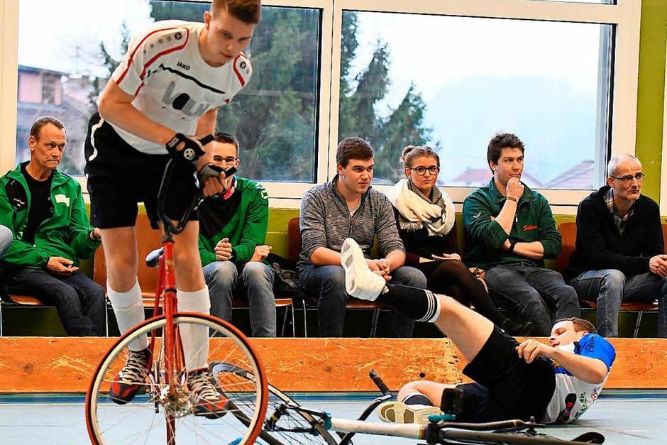 Artistische Aktionen auf dem Rad mit spektakulären Toren gab es am ersten Spieltag in Prechtal zu sehen. (Foto: Achim Keller)