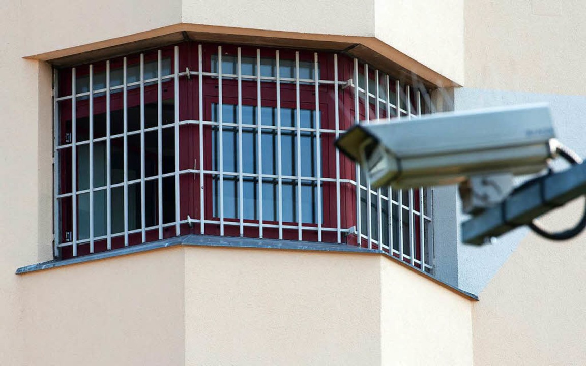 Eine Überwachungskamera  in Berlin vor...stizvollzugsanstalt Tegel (Symbolbild)  | Foto: dpa