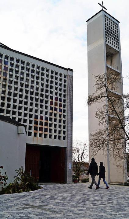 Der neu gestaltete Vorplatz der kathol... in die Pflasterung eingelegten Kreuz     Foto: Hartenstein