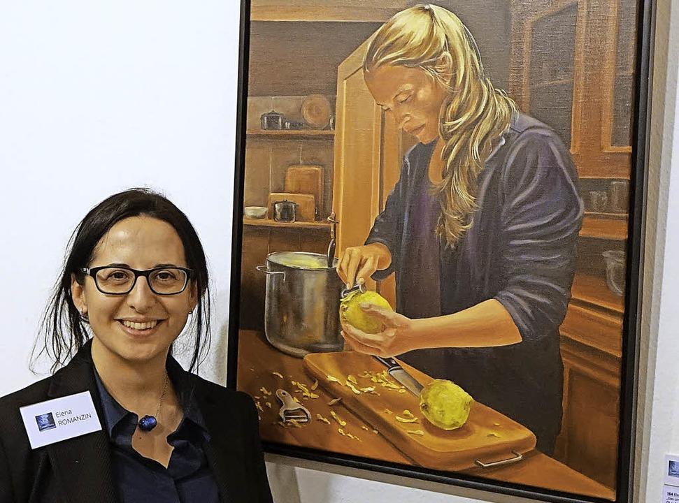 """Künstlerin und Kuratorin Elena Romanzi...Das Limoncello Mädchen"""" gemalt.     Foto: Roswitha Frey"""