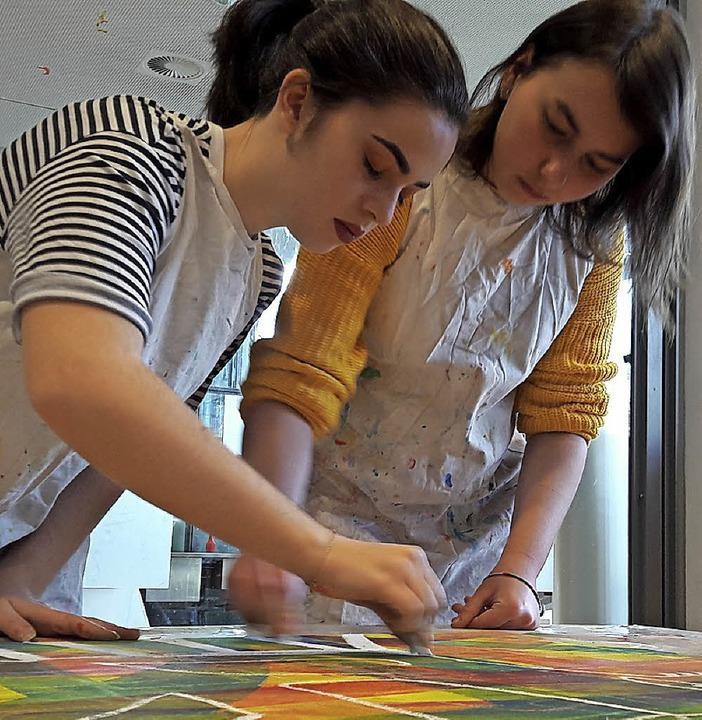 Erst das Lied, dann das Bild: Zehntklä...haffen mit Musik ihre Phantasietiere.     Foto: Hans-Thoma-Gemeinschaftsschule