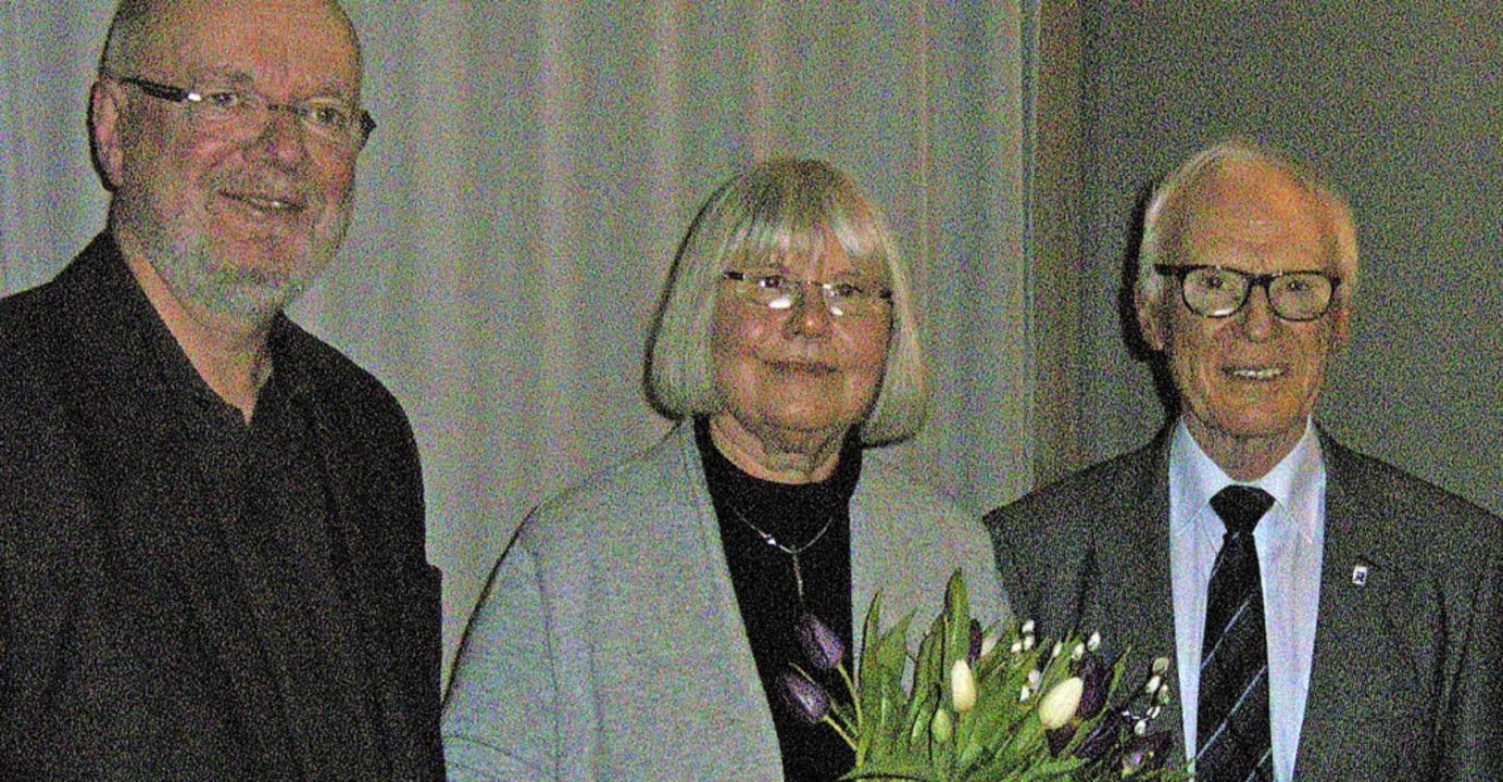 Kulturamtsleiter Tonio Paßlick (links)...line Harr erhielt einen Blumenstrauß.     Foto: Zoelly