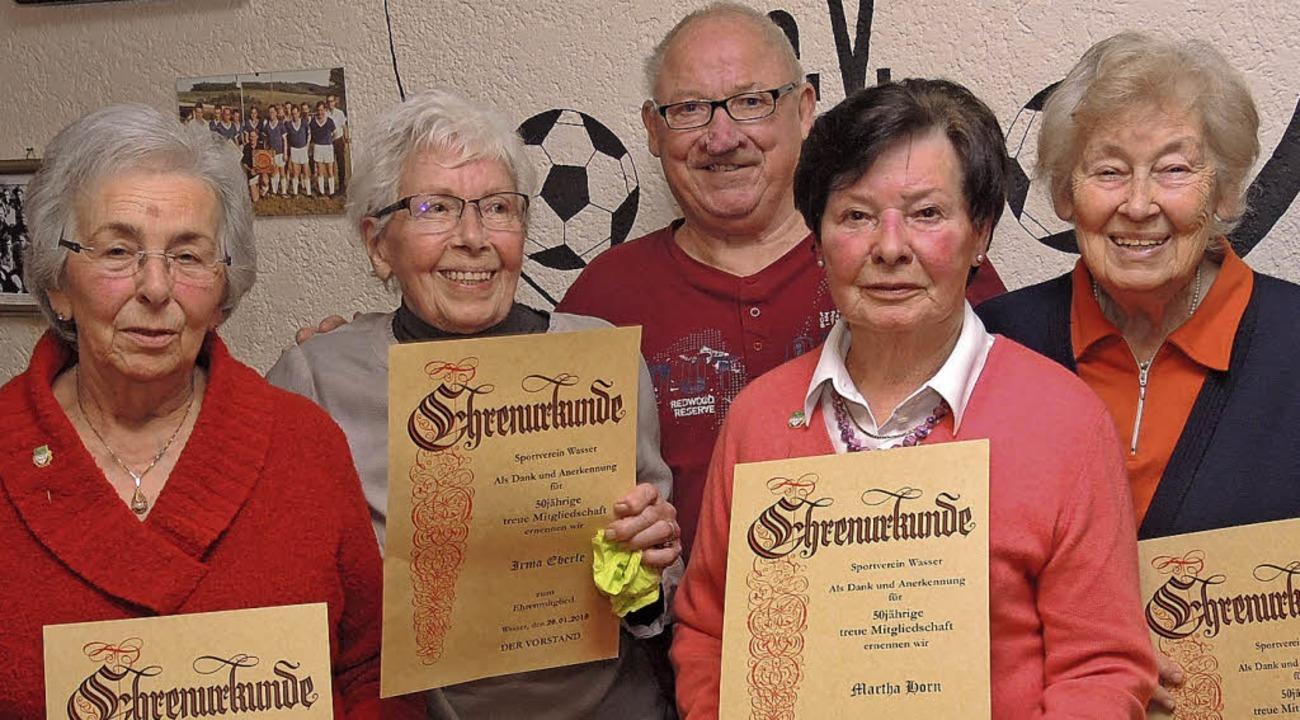 Helga Sillmann, Irma Eberle,   Martha ... mit stehendem Beifall verabschiedet.   | Foto: Dieter Erggelet