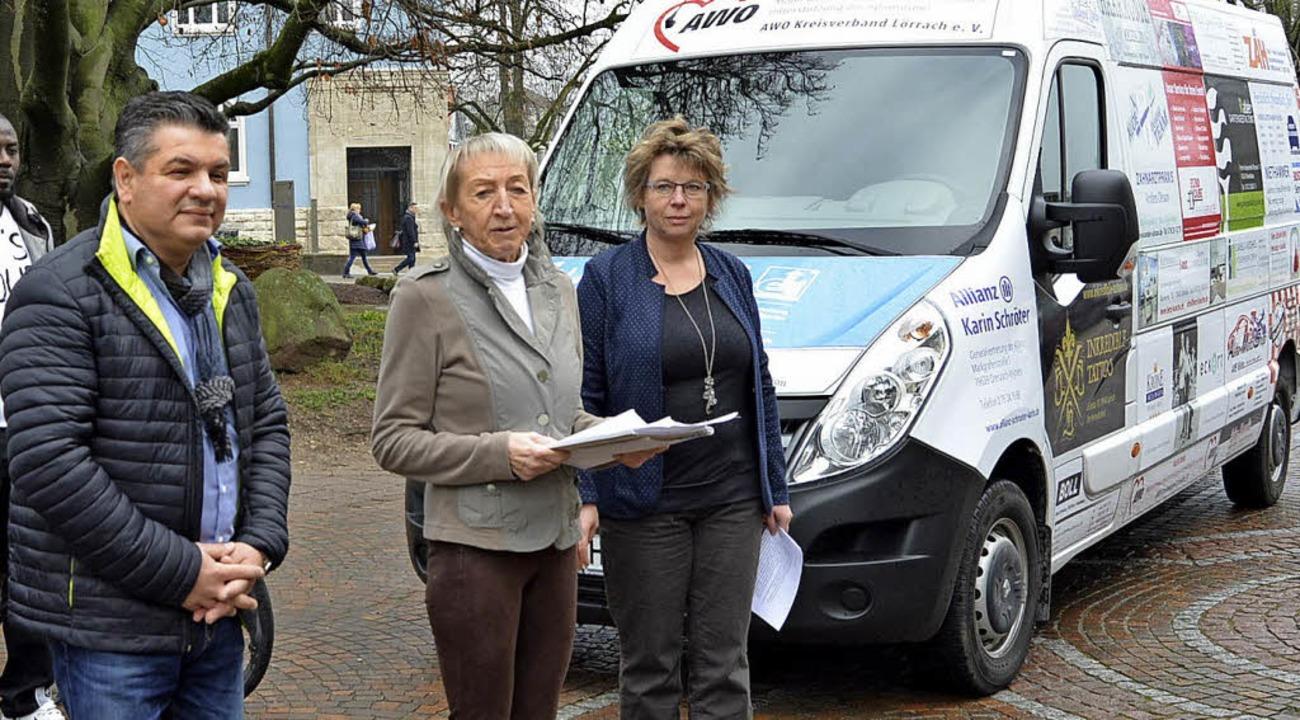 Sasa Djordjevic, Hannelore Nuss und In...den neuen Transporter dem Fahrerteam.   | Foto: Danielle Hirschberger