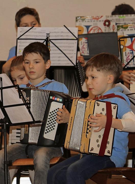 Auch die Jüngsten geben beim Konzert alles.     Foto: Christa Rinklin