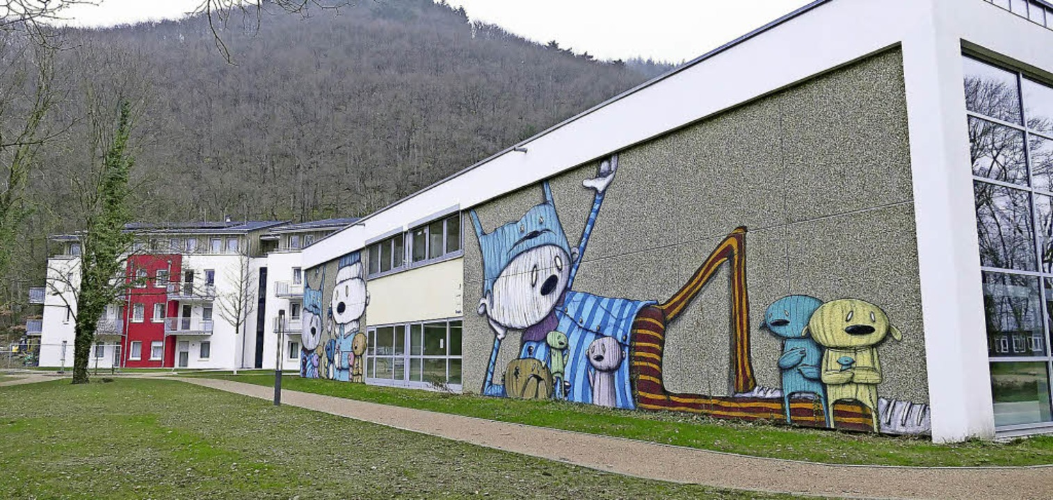 Hinter der bestehenden Schwimm- und Sporthalle erhebt sich der Neubau.   | Foto: Susanne Müller