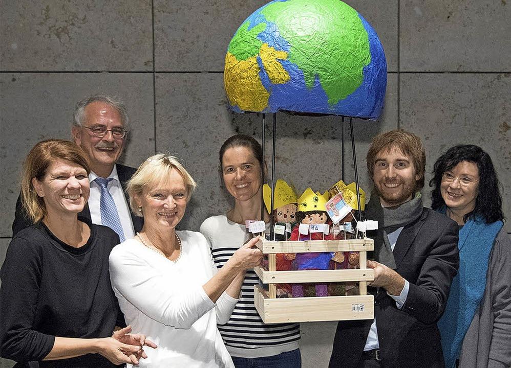 <BZ-FotoAnlauf>Zauberhafte Arbeit</BZ-...sie das Werk der Förderschüler sahen.     Foto: L-Bank/KD Busch