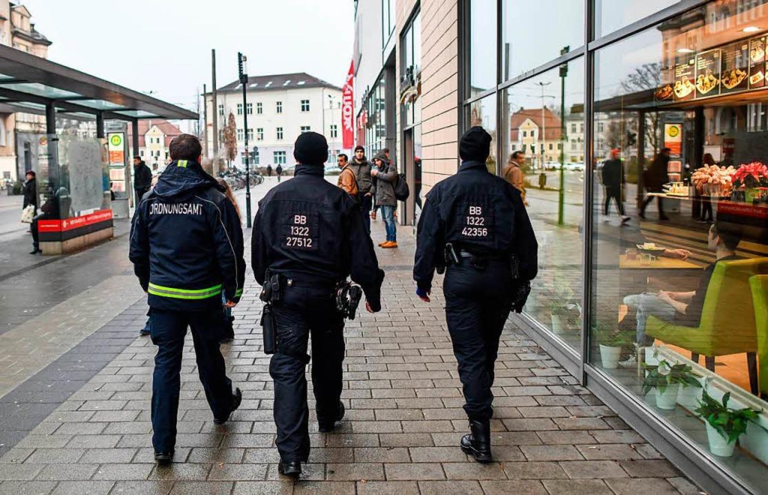 Patrouillen vor dem Einkaufszentrum Bl... sollen das Sicherheitsgefühl stärken.    Foto: Patrick Pleul