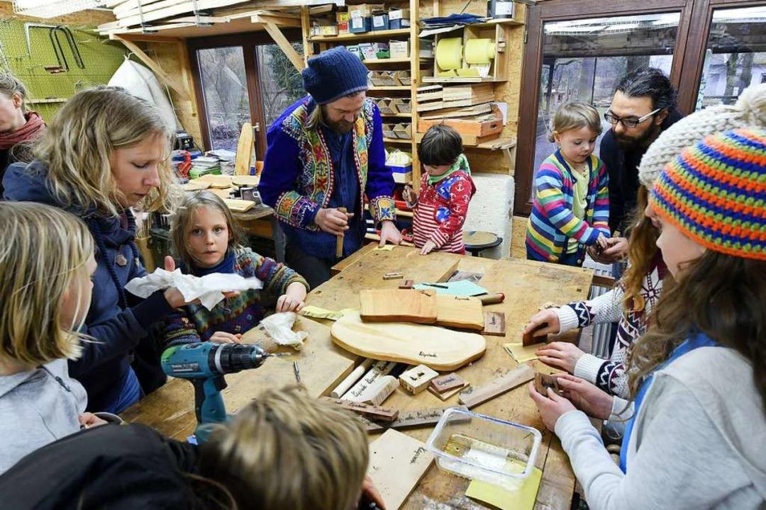 Lesen oder Schreinern? Das entscheiden...    wer will,  geht zur Holzwerkstatt.  | Foto: Thomas Kunz