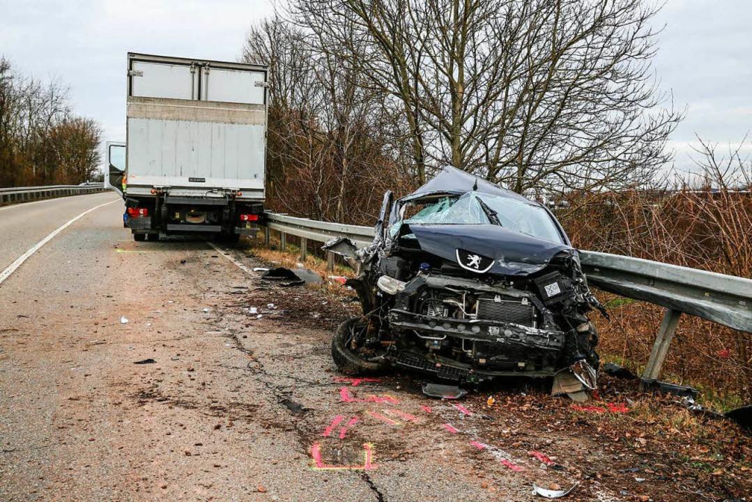 Ein Kleinwagen  raste am Montag auf de...bringer frontal in einen Lkw (hinten).    Foto: Sandra Decoux-Kone