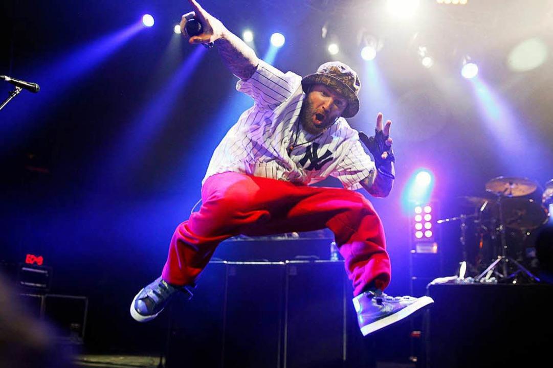 Nervöser Mix aus Metal und Rap: Limp-Bizkit-Sänger Fred Durst auf der Bühne    Foto: Elvis Gonzalez