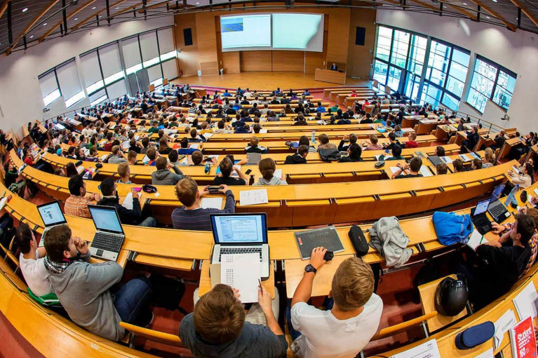 Im Durchschnitt dauert ein Studium an der Freiburger Universität 10,5 Semester.  | Foto: dpa