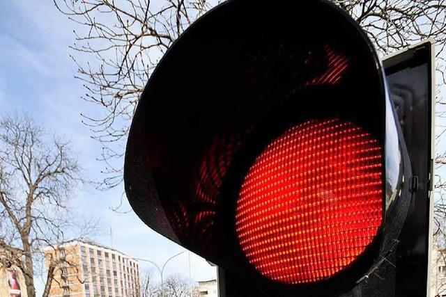 Polizei erwischt in zwei Stunden 35 Rotlichtradler in der Innenstadt