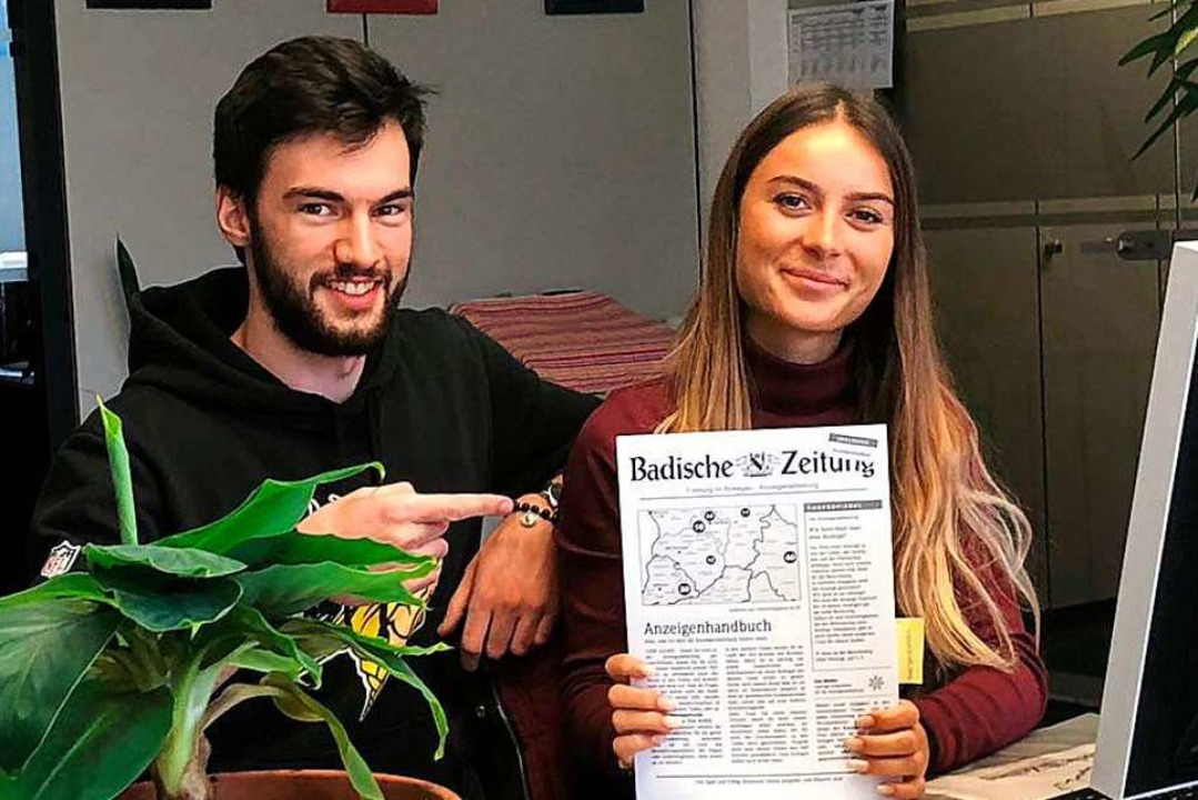 Premiere: Maurice und Selina präsentieren das erste Anzeigenhandbuch für Azubis.  | Foto: BZ