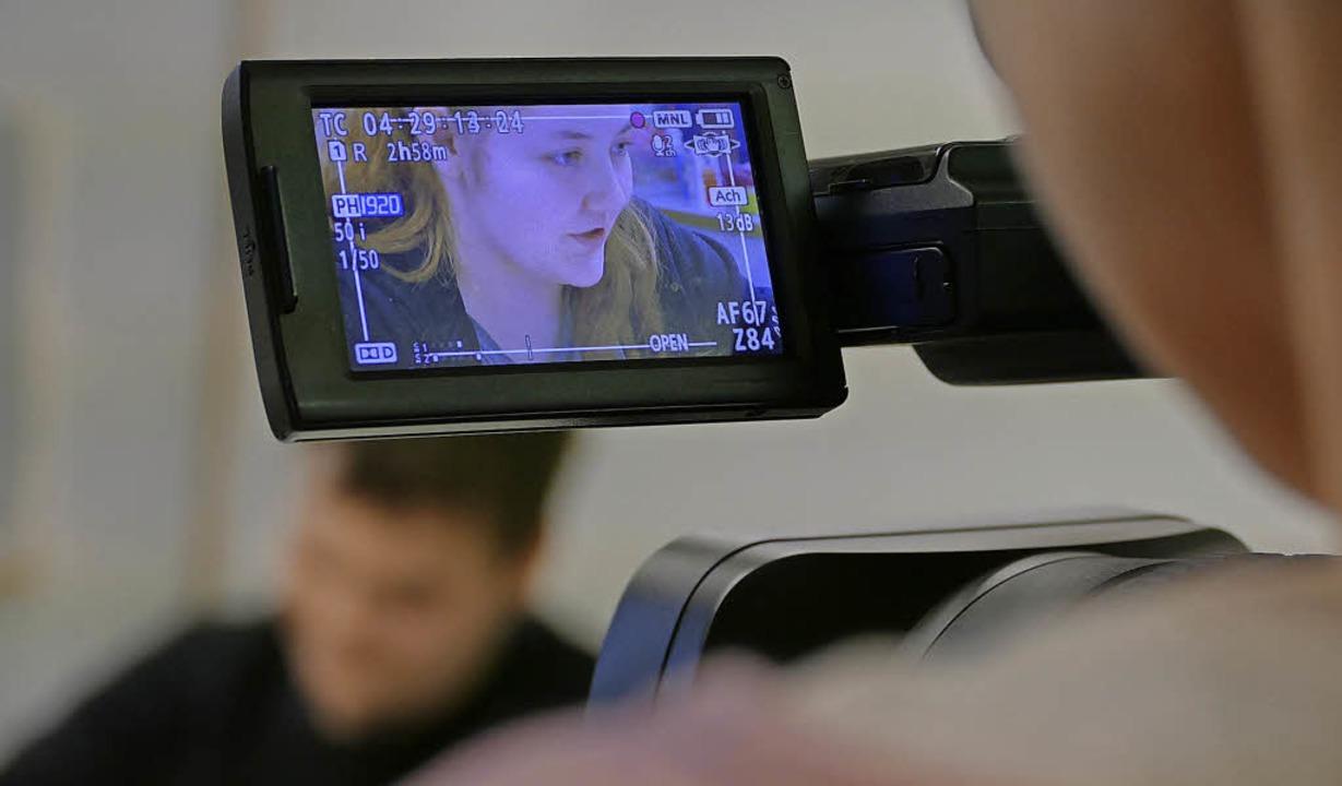 Kamera läuft: Schüler der Emil-Dörle-Schule beim Video-Bewerbungstraining   | Foto: Lena Marie Jörger