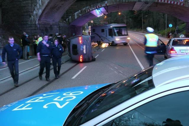 Autounfall auf der Basler Straße legt Verkehr und Tram lahm