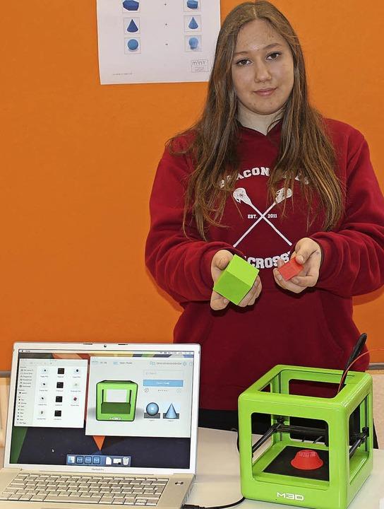 Lilly Gerber beschäftigte sich mit einem 3-D-Drucker.     Foto: M.Schöneberg