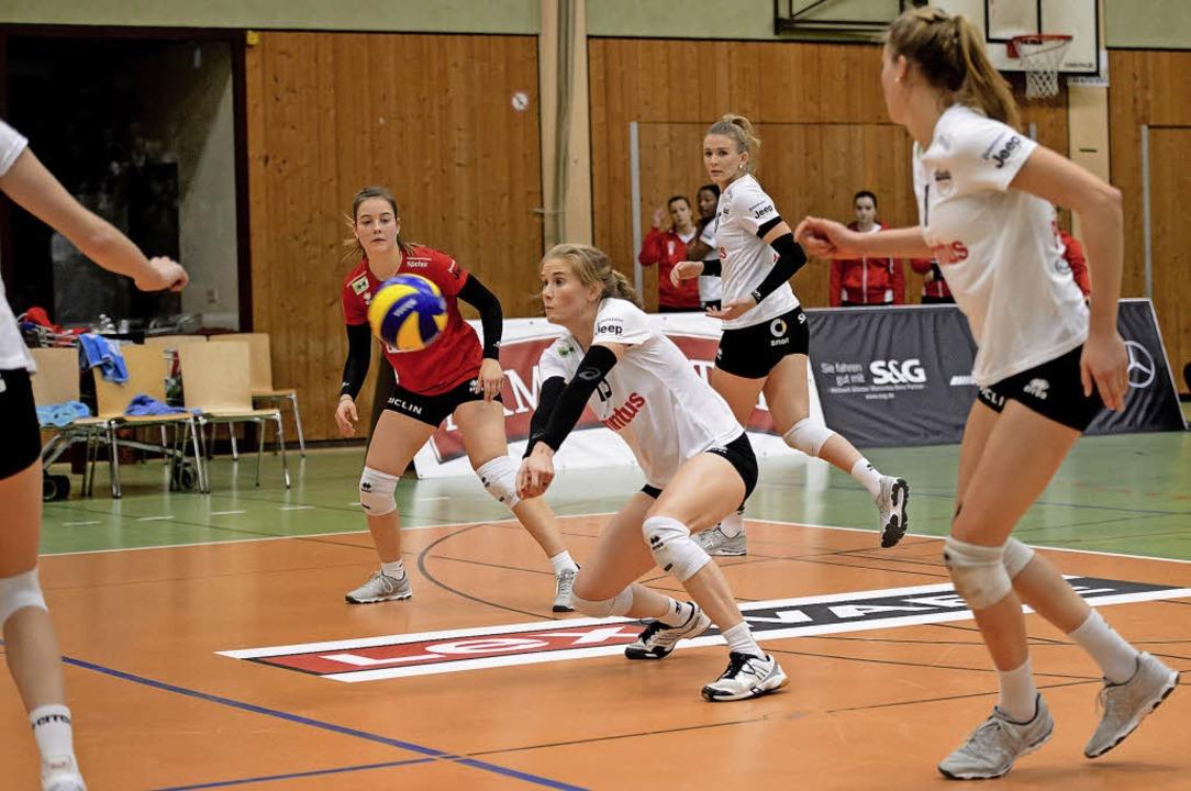 Komplexe Abläufe: Noch ist der Ball vo... Angreiferinnen  bereits auf den Weg.     Foto: Sebastian Köhli